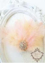 Аксесоар за коса с пера и кристали в прасковено Peach Bird Lux