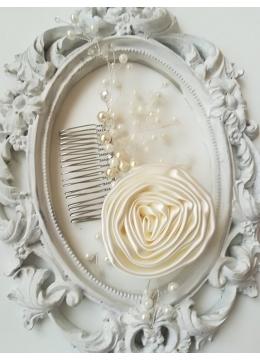 Красив гребен с перли и кристали Сваровски и ръчно изработена роза от сатен в цвят слонова кост Ivory Rose by Rosie